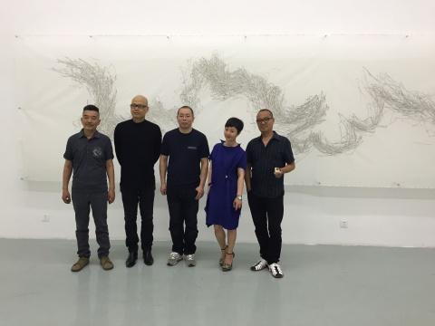 左起依次为:艺术家武明中、陈文令、郝世明、上品艺琅董事长谢蓉、艺术家杨千