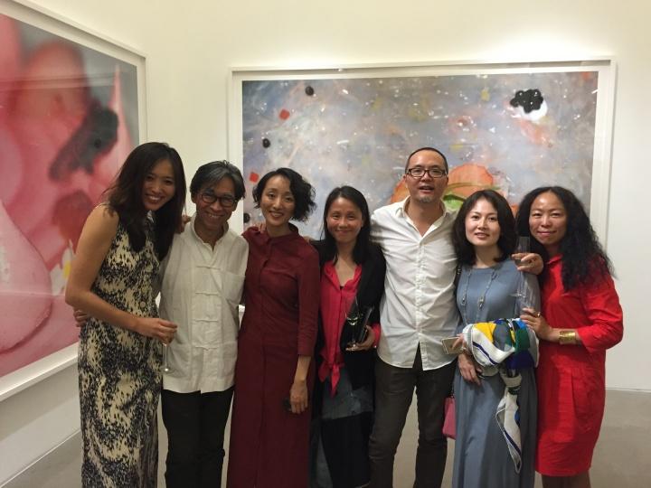 天娱集团总裁龙丹妮(左4)及友人