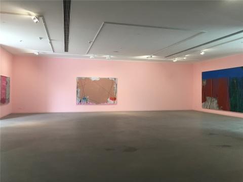 一层展厅现场 空间墙面颜色与作品中主色调的关系 此为粉色