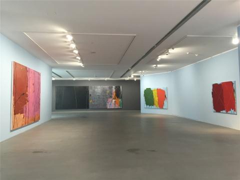 一层展厅现场 空间墙面颜色与作品中主色调的关系 此为淡蓝色