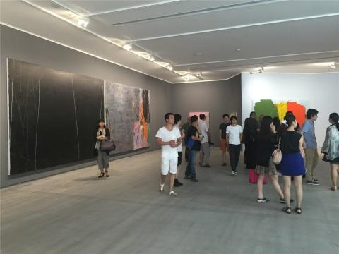 一层展厅现场 空间墙面颜色与作品中主色调的关系 此为灰色