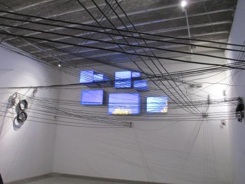 前景为李景湖作品用电线反映周围现实的《命运》、后为胡向前作品《北京天空》