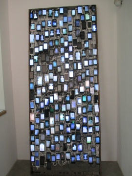 李景湖作品《瀑布(锦厦)》由几百部手机组成