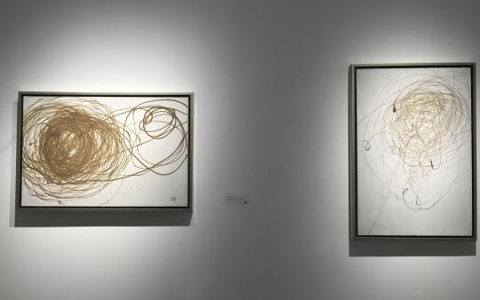2012年布面综合材料作品《流沙》系列,左为《流沙2012-1》,右为《流沙2012-8》
