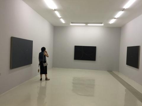 展览现场,极简的画廊空间与抽象作品相得益彰