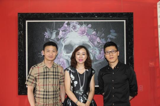 策展人杨卫(左)、画廊经理周鸣(中)、艺术家刘家华在展览现场