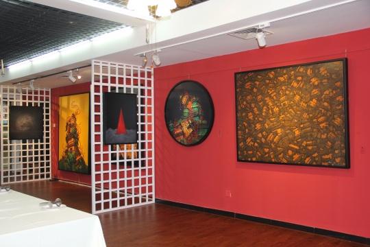 展览现场,前期作品的绚丽与乱象与新作品的静穆与极简形成了对比