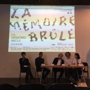 新闻发布会主持人董冰峰(左一)、OCAT馆长黄专(左二)、策展人乔治•迪迪-于贝尔曼(左三)、艺术家帕斯卡尔•孔韦尔(左四)