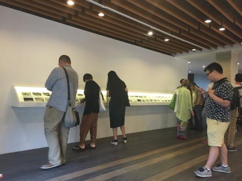 观众在展览现场欣赏图像作品