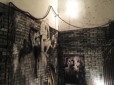 粗暴的展览现场 同样在还原艺术家平日里的创作空间