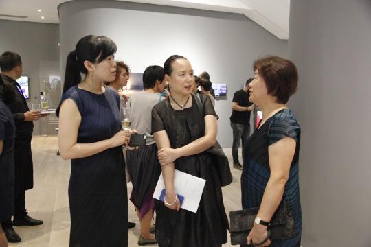 美博文化执行董事徐娟与嘉宾在展览现场