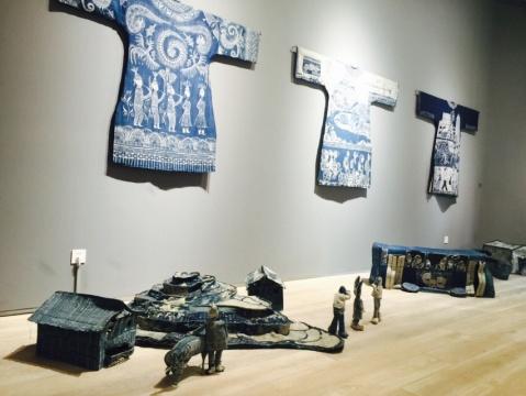 十年类多次往返贵州的艺术家与当地苗族妇女合作,以蜡染方式表现着她眼中一种中国传统文化的变化。三件以蜡染方式制作的长袍,如同一段传统文化与当代融合的三部曲