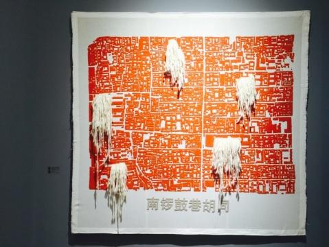 现场展出的《南锣鼓巷胡同》,在一平方公里范围内,艺术家制作了精确的大比例胡同地图