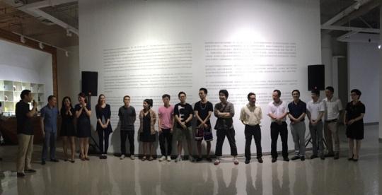 参展艺术家与嘉宾在开幕式合影