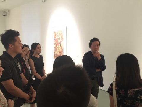 艺术家魏东为到场媒体做媒体导览