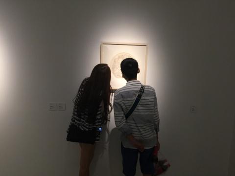 展览现场,观众在观察作品细节