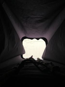 展览出口,约3米高,下有海绵垫