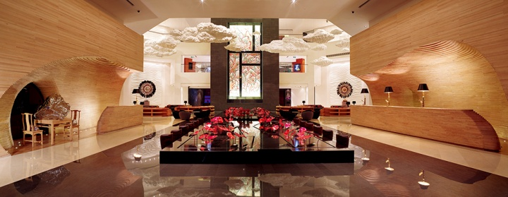 以酒店大堂为代表的公共区域是根据固定主题而精选的艺术品,尽头仇德树的《裂变-红岩聚彩》与蔡志松的《浮云》相得益彰
