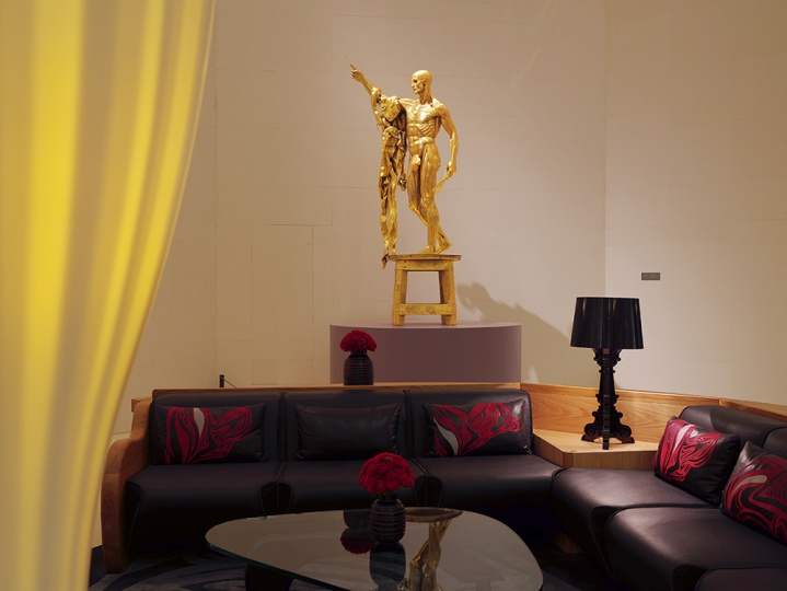 达明·赫斯特的作品《剧痛-圣徒巴塞洛缪》让大堂宛若殿堂级美术馆