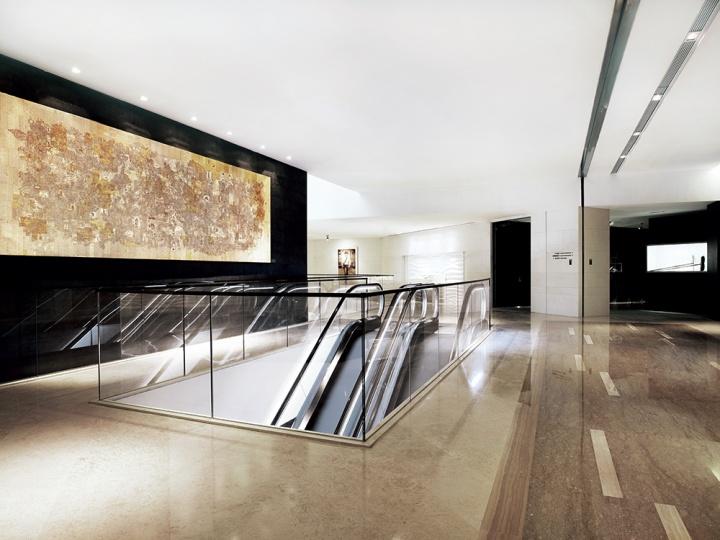 酒店三层走廊的作品拥有着极具分量的学术及美术史意义,从电梯上来便可看到博伊斯与多内夫的作品