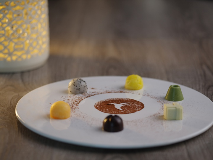 """艺术美食体现的是万和昊美艺术酒店艺术体验的全方位,郑好说:""""在这里参加最好的展览,我也一定可以保证你在这里享受到最好的艺术美食""""。"""