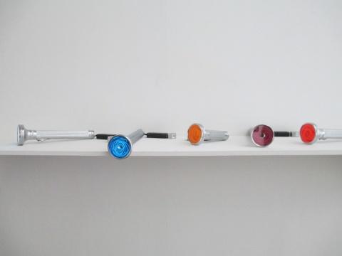 杨义飞《 无家可归时代计划》 装置(手电筒, 霓虹灯管)