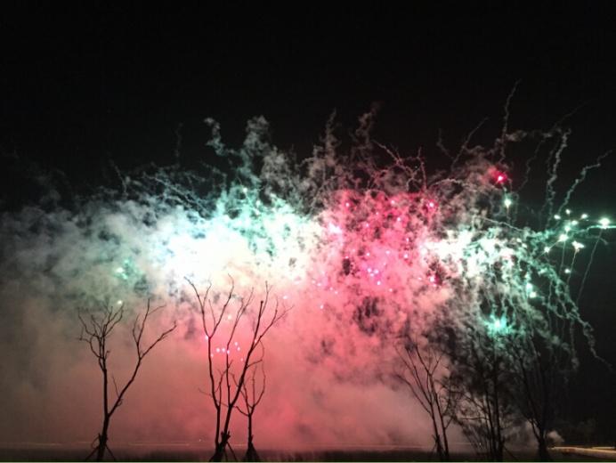 开幕当晚水边放焰火