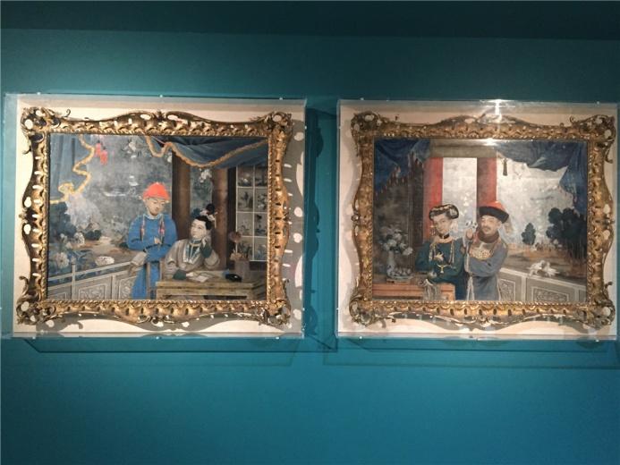 史贝霖作于约1770年的作品,两图室内及人物特征较相似,却是两个完全不同的世界,中国贵族室内生活场景是早期外销玻璃画非常流行的题材,左为《书香门第》、右为《卿卿我我》
