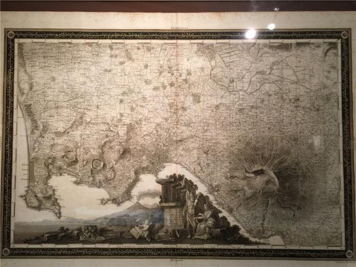这是一张地形图,是一种大比例尺及地形的定量表达为特征的地图。除地面人文集自然特征之外,还需表达人造地形,地图底部的图像很有意思