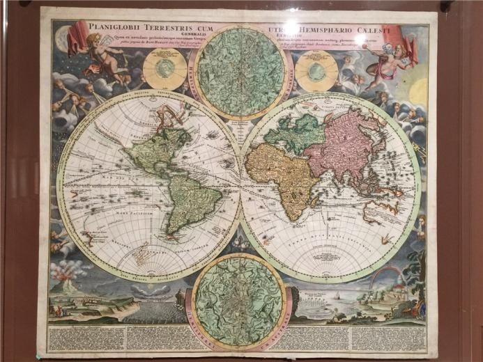 乔安.巴普蒂斯特.霍曼作于1707年的地图《东西半球及天体半球图》,地震、火山、龙卷风等都出现在地图中,风头占据布满星星的天空,小天使高举旗帜