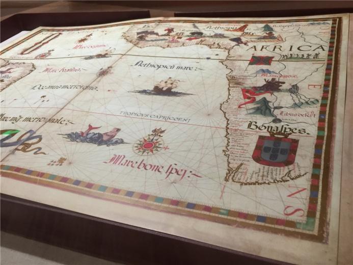 展柜中的一件作品《玛丽女王地图集》,玛丽一世是英格兰及爱尔兰女王,虔诚的天主教徒,她命迪亚戈奥制作的该图集。