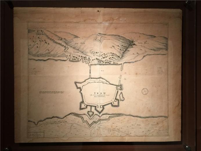 作于17世纪末18世纪初的《阿姆斯特丹一景地图》,水域部分大面积留白的地图,风格简约。