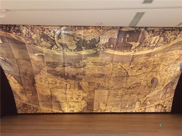 这不是地图作品,是展厅中精心营造的背景