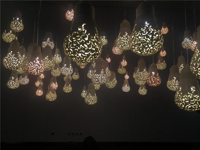 Katia Al Tal作品 高悬的灯光装置《希望之光》