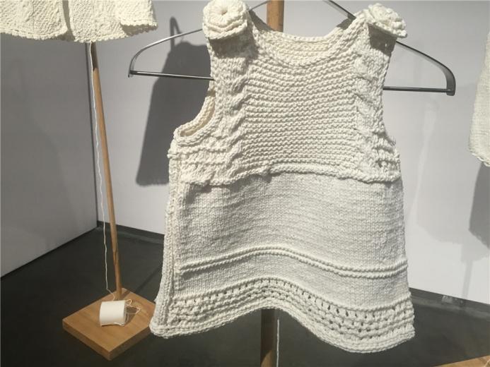 王雷以纸编织的服饰