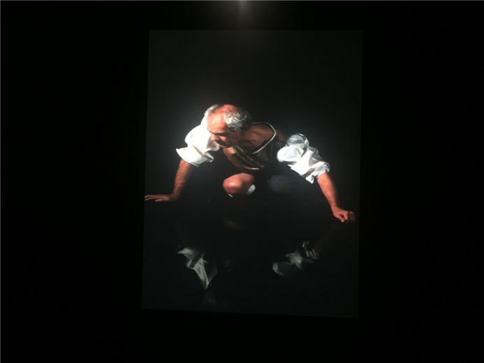 伊拉克艺术家阿里.阿萨夫 2011年的影像作品《纳西索》