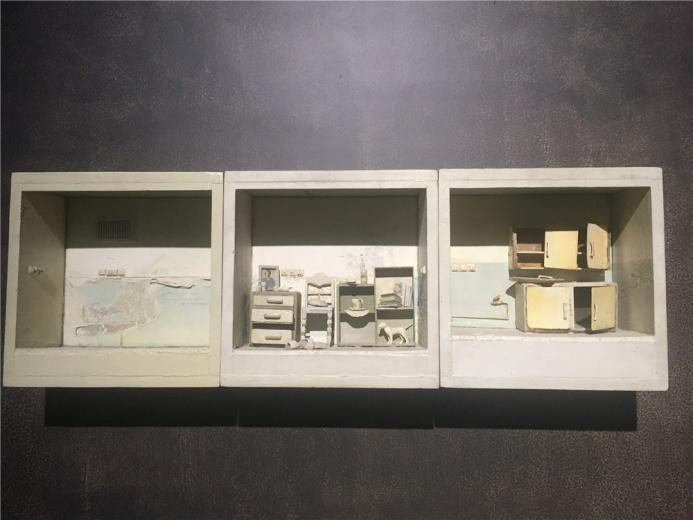 伊朗艺术家萨巴.马思欧米2010年木箱及综合材料作品《我被留在你的房间1》