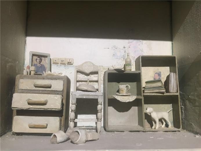 伊朗艺术家萨巴.马思欧米2010年木箱及综合材料作品《我被留在你的房间1》局部