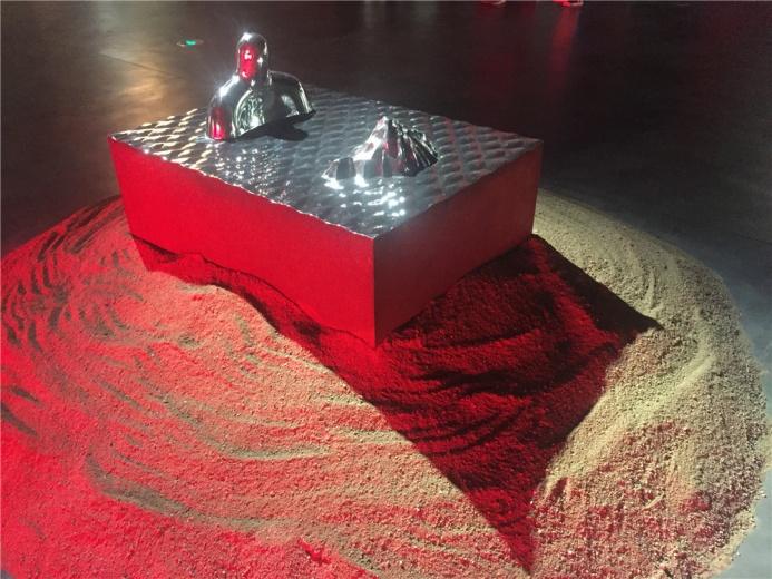 王志刚2013年不锈钢雕塑作品《镜花水月》