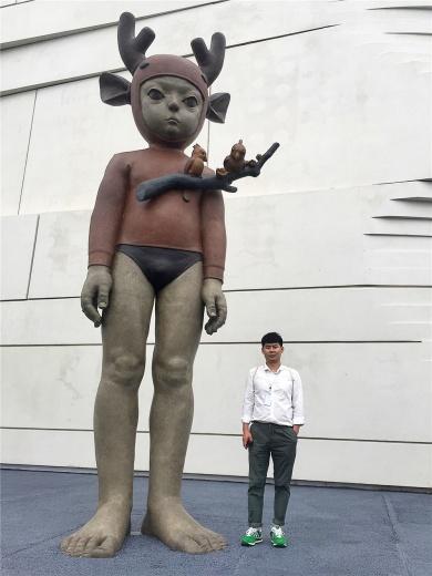 颜石林在五米高的作品《丛林历险记》前