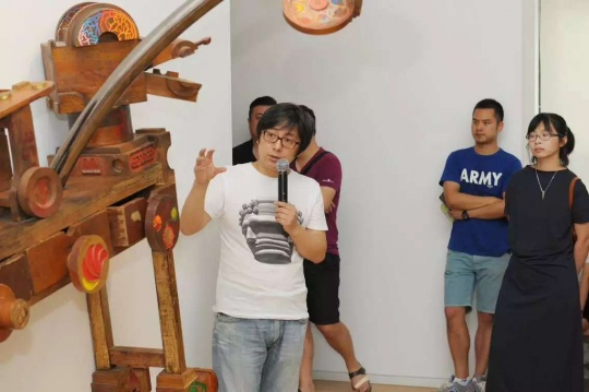 艺术家王迈为现场观众及媒体解读自己的作品