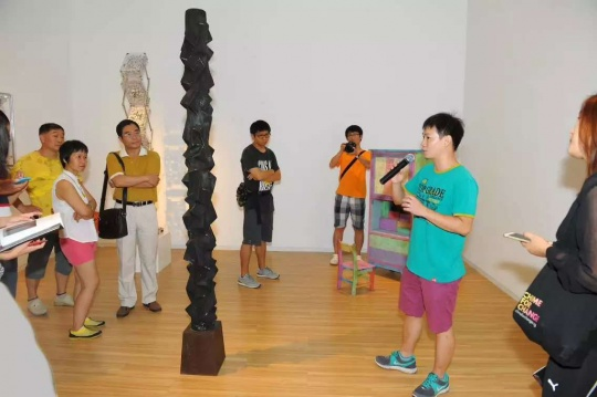 艺术家王礼军为现场观众及媒体解读自己的作品