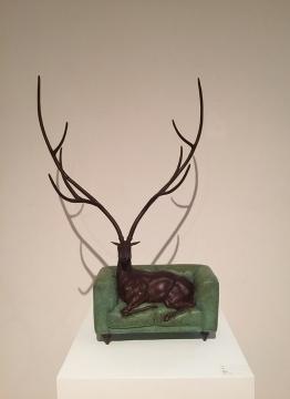 张勇 《迷鹿》 105 × 31 × 106cm 铸铜着色 2013