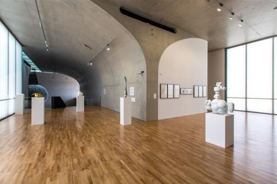 二层展厅《隐形雕塑》的现场,这些作品背后都有着人和科技之间非常奇妙的关系