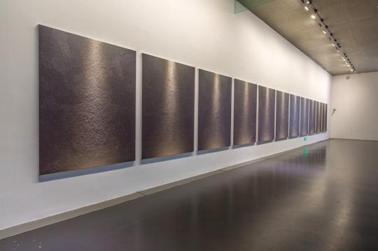 作品《2合1-20150710》现场,作品讨论了绘画和摄影的关系,以及光作为物质如何能够不被解释地存在
