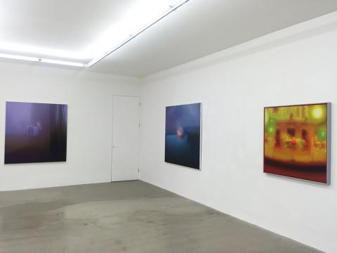 二楼展厅展出三件马思博架上作品