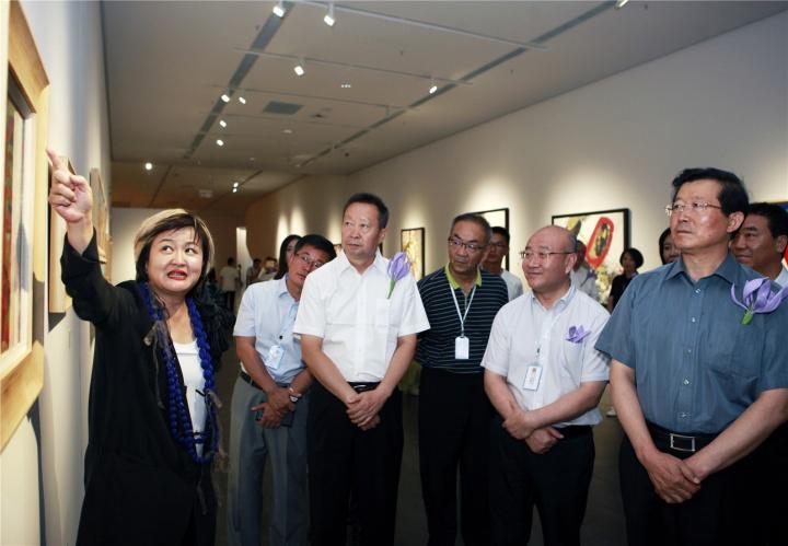 银川当代美术馆艺术总监谢素贞为嘉宾导览