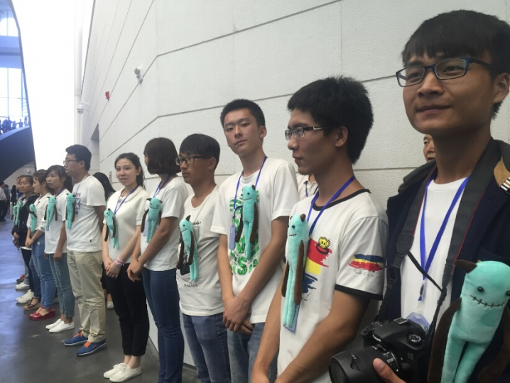 开幕式美术馆志愿者团队掠影(美术馆内志愿者的身份可由他们胸前佩戴的娃娃轻易辨识)