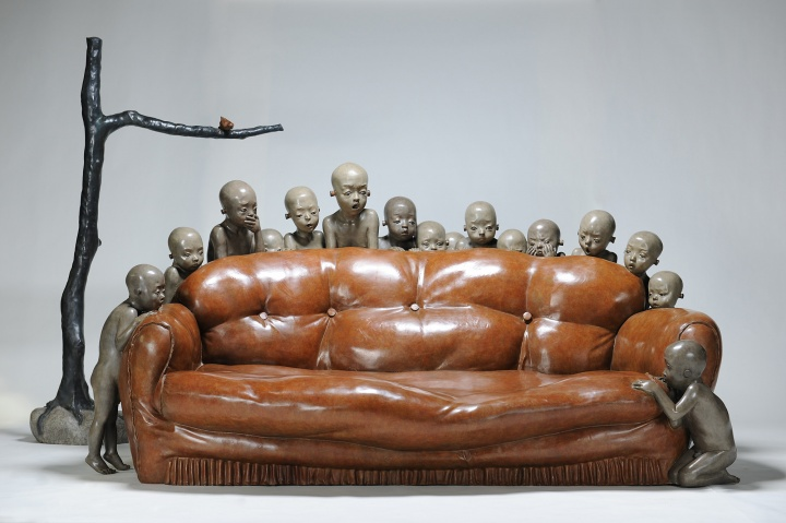《怎么了?空沙发》铸铜化学着色 228 × 378 × 212 cm2010