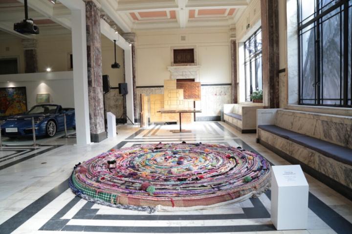 2014ART021现场,此为尹秀珍作品《不能承受之暖》,1000 条围巾,2008年,佩斯画廊